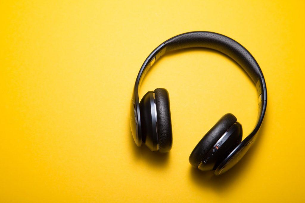 tips tegen verveling corona muziek luisteren koptelefoons