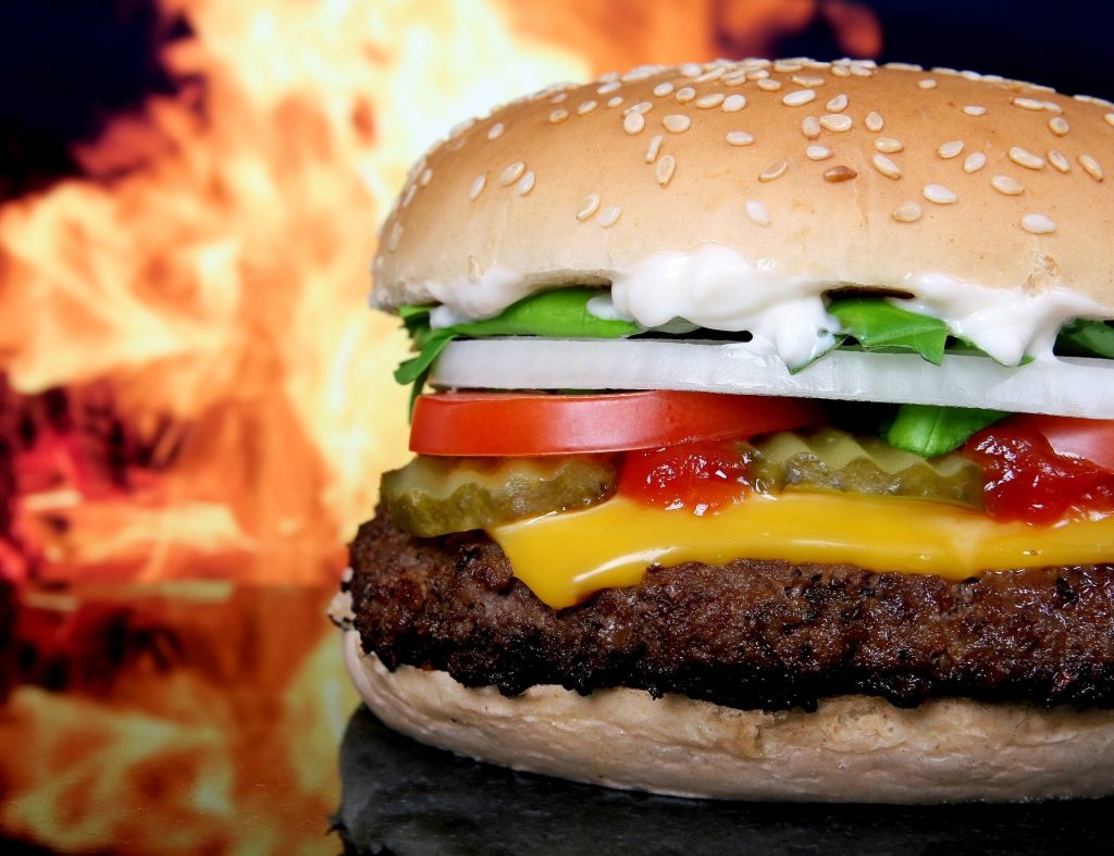 Chagrijnig tips goed humeur verbeteren eten hamburger