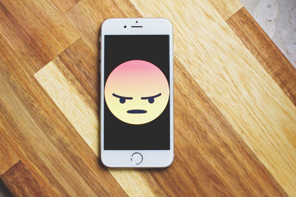 Omgaan met arrogante mensen tips boos gezicht