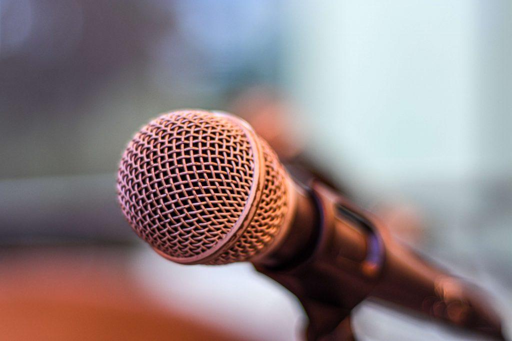 Duidelijker langzamer praten tips oefeningen microfoon